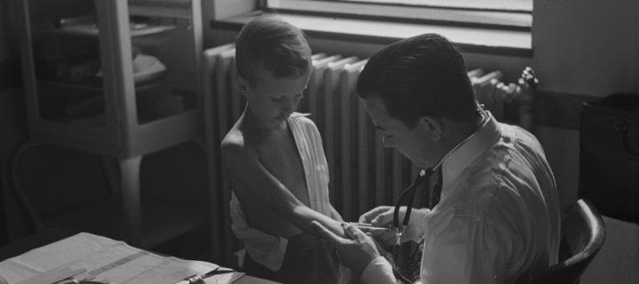 سترةٌ بيضاء وأسلوب لطيف، هكذا يكون الطبيب الجيد! – جيسيكا بارون / ترجمة: أحمد الخصيبي