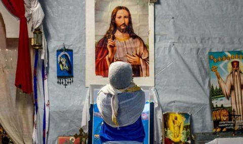 لم يزداد إقبال العالم على الدين؟ لأن الفقراء يلجؤون إلى الله – جايلز فريزر