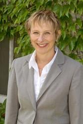 د. كرستن سينويتش، كاتبة مقالة القانون والإيدلوجيا ، بروفيسور ورئيسة قسم الفلسفة في جامعة كوينز، متخصصة في الفلسفة السياسية، والماركسية، والنسوية