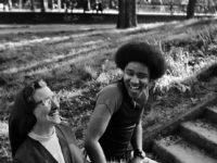 الضحك ضروري: كيف حلّ الضحك معضلة إنسانية عويصة؟ – ايميلي هيرنق /ترجمة: إبراهيم الفواز